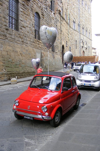 Fiat 500 Oldtimer mit Luftballons